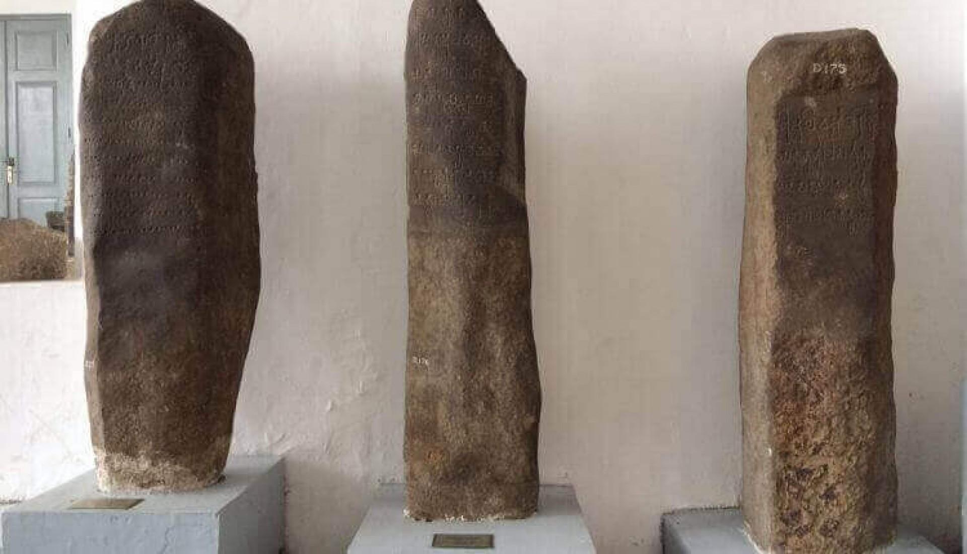 Prasasti Yupa ditemukan di Bukit Berubus, Muara Kaman, Kalimantan Timur pada tahun 1879